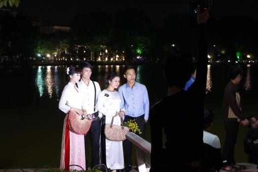 Wedding Photo Shoot at Hoan Kiem Lake in Hanoi